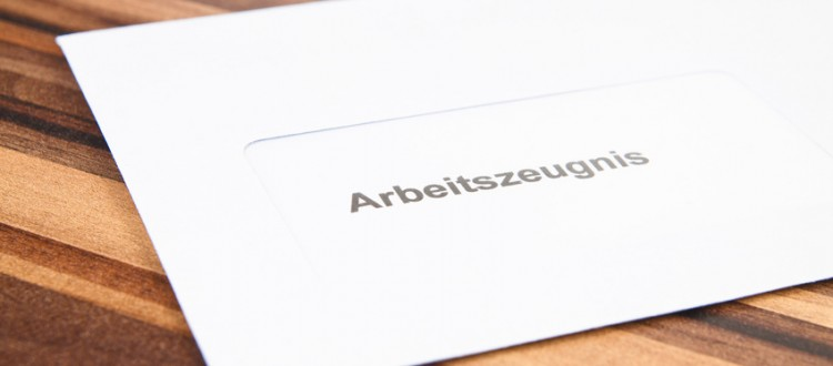 Briefumschlag mit Arbeitszeugnis auf Tisch