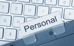 Personalakte auf Computertastatur