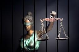 Justitia hinter Gittern