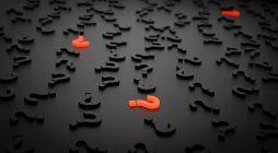 schwarze und rote Fragezeichen