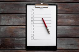 Leere Checkliste auf Holztische