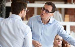 Schlechtes Verhalten im Büro - zwei Männer streiten sich