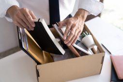Mitarbeiter verlässt unser Unternehmen auf eigenen Wunsch und packt seine Kiste.