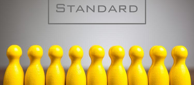 8 gelbe Spielfiguren, über denen das Wort Standard steht